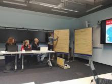Referentin und Teilnehmende des Workshops